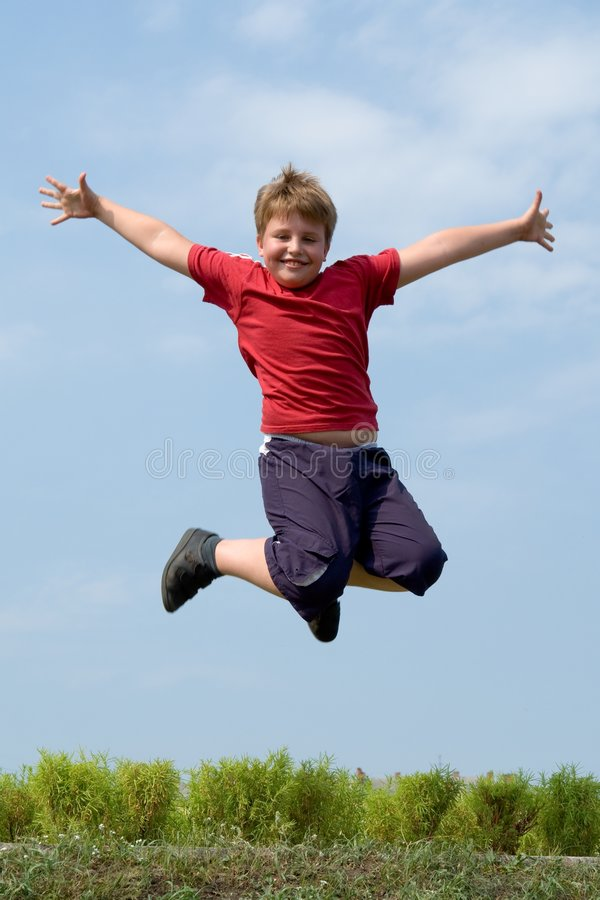 De sprongen van de jongen stock afbeelding