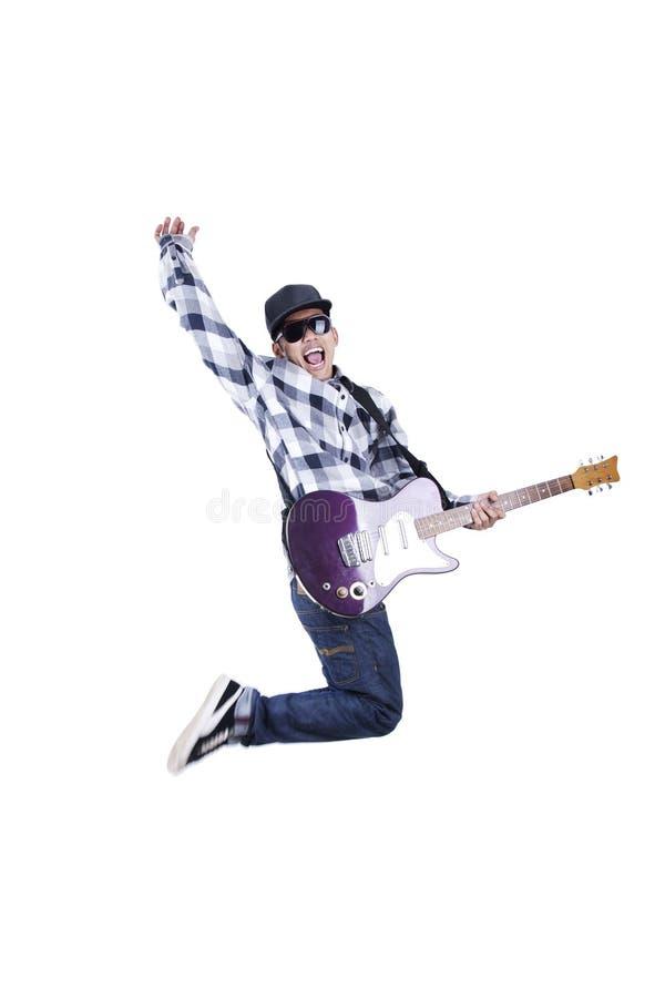 De sprongen van de kerel met gitaar royalty-vrije stock afbeeldingen