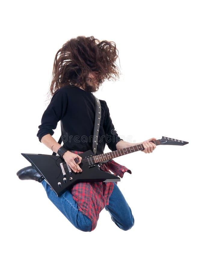 De sprongen van de zwaar metaalgitarist in de lucht royalty-vrije stock foto's