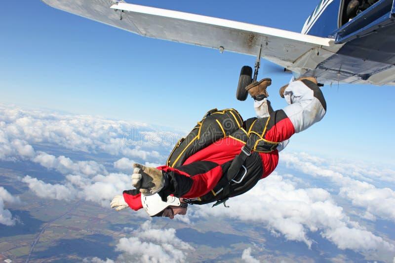 De sprongen van Skydiver van een vliegtuig stock afbeelding