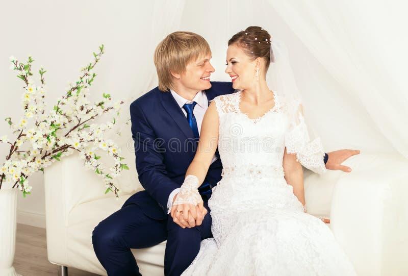 De spruit van de huwelijksfoto in de totale witte studio royalty-vrije stock afbeelding