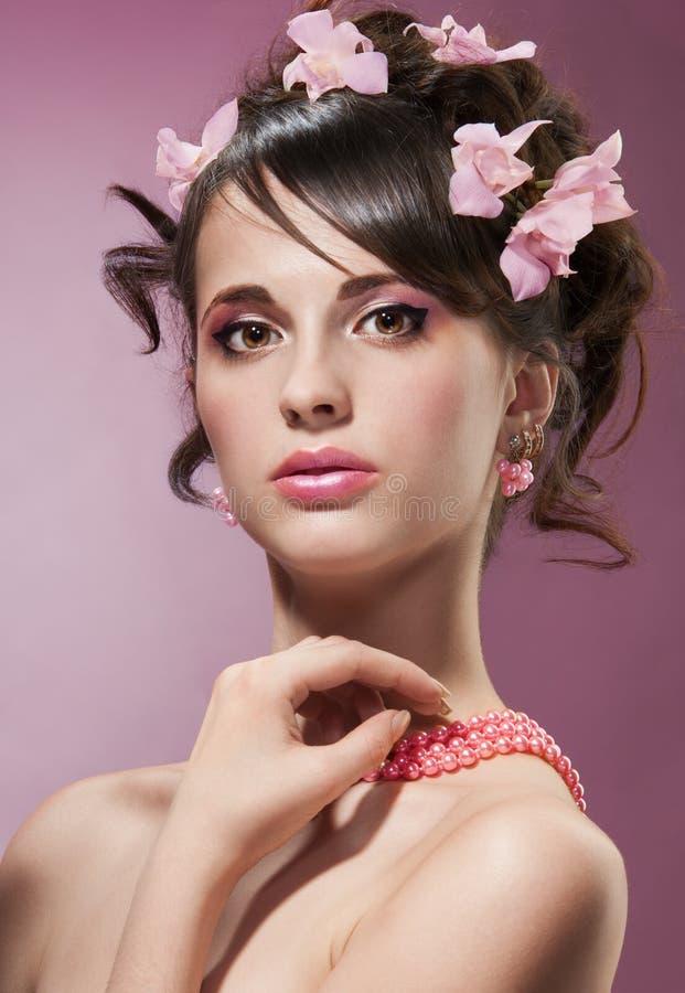 De spruit van de schoonheid van vrouw met bloemen in haar royalty-vrije stock afbeelding