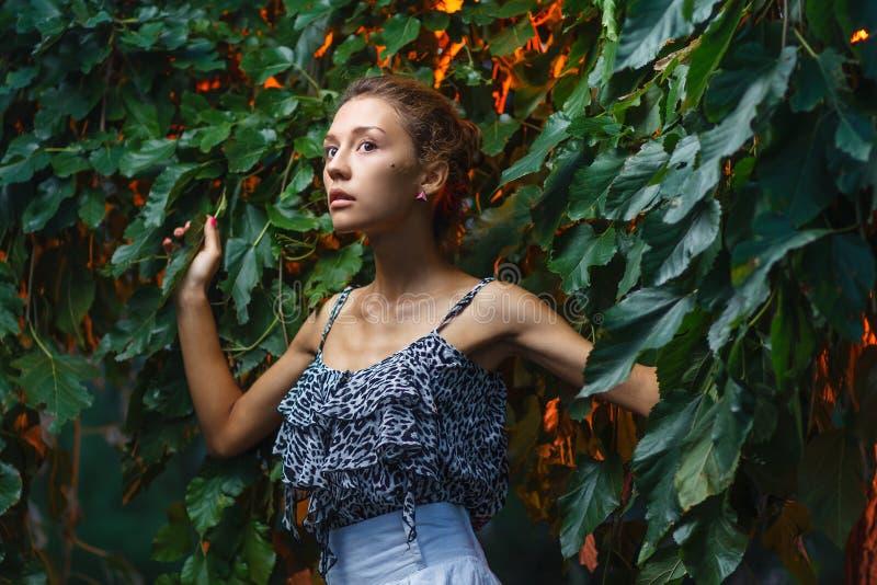 De spruit van het manierportret van een mooi tienermeisje royalty-vrije stock foto's