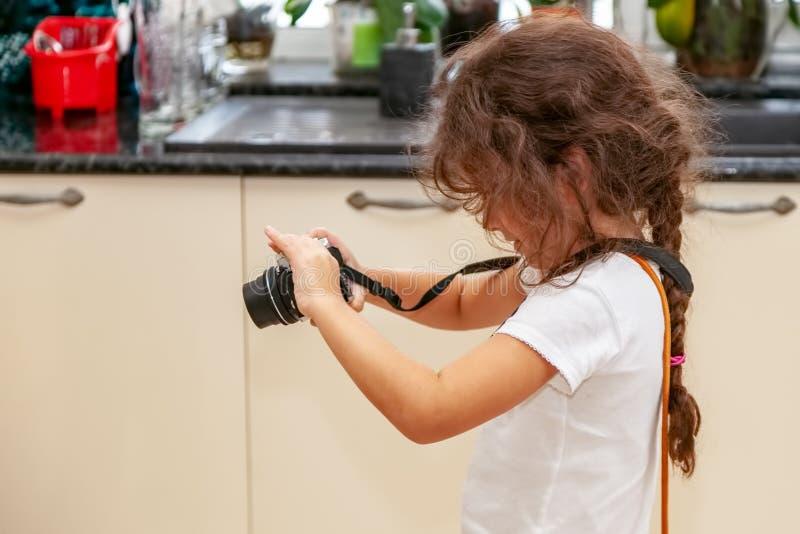 De spruiten van de meisjesbaby op camera royalty-vrije stock afbeeldingen
