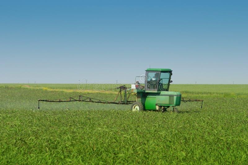 De Spuitbus van de Tractor van het landbouwbedrijf op Gebied stock foto