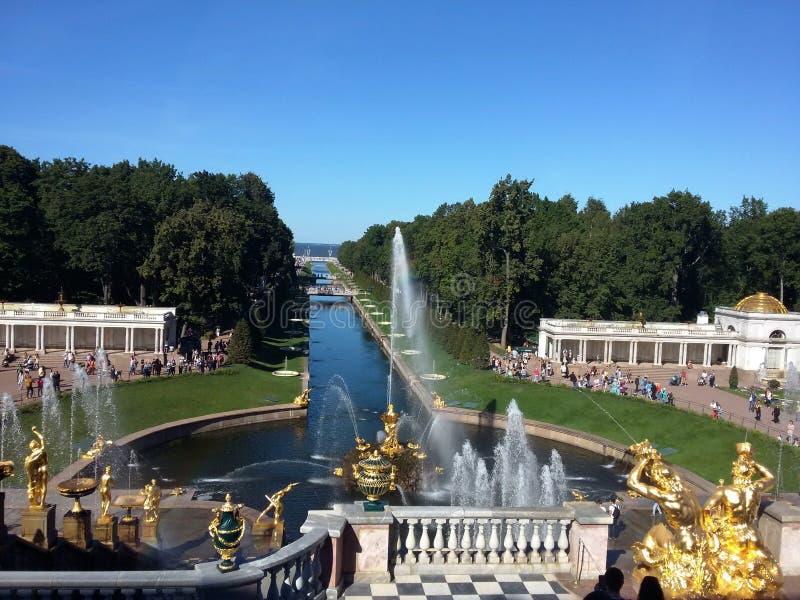 De största springbrunnhelheterna, storslagen kaskad, storslagen slott i Petergof, St Petersburg, Ryssland sommar f?r bl? sky Sikt arkivbild