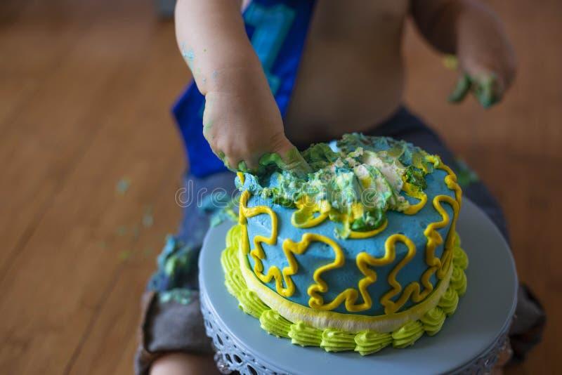 de 1st ineenstorting van de verjaardagscake voor een jongen royalty-vrije stock foto
