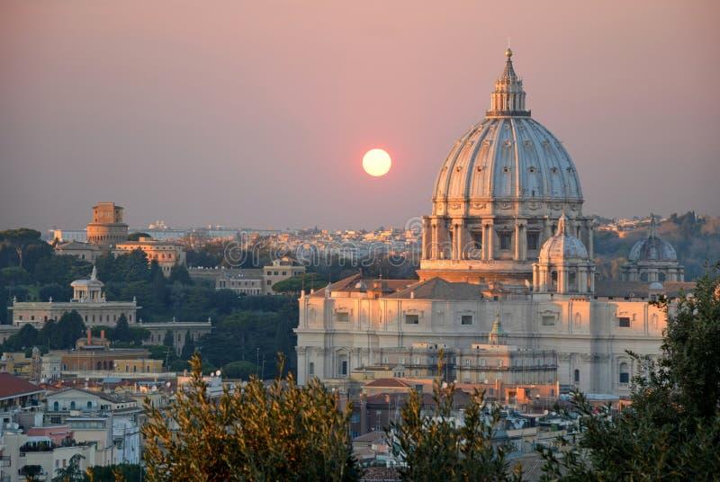 De St Peter Basiliek bij zonsondergangmening van de Janiculum-Heuvel royalty-vrije stock afbeelding