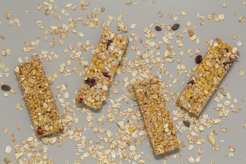 De staaf van Granola De bar van graangewassengranola met noten, fruit en bessen op een grijze steenlijst Gezonde zoete dessertsna royalty-vrije stock foto