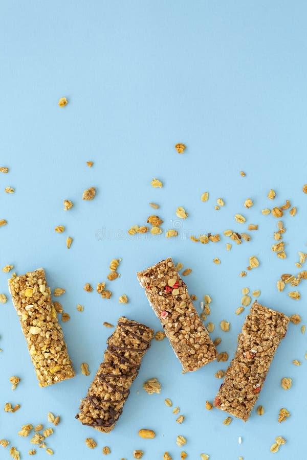 De staaf van Granola Gezonde zoete dessertsnack dieet voedsel De bar van graangewassengranola met noten, fruit en bessen op een b stock afbeeldingen