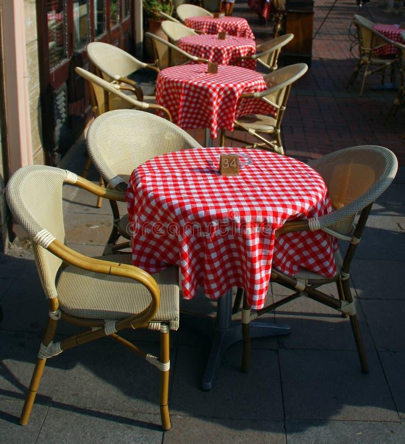 De staaflijsten en stoelen van de koffie royalty-vrije stock foto's