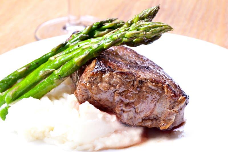 De staak van het rundvlees met asperge stock foto's