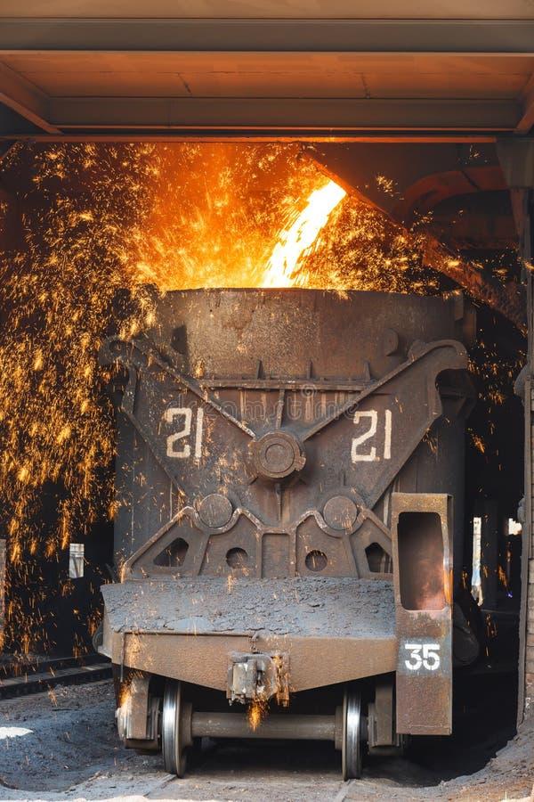 De staalfabrieken smelten het gesmolten staal stock afbeelding