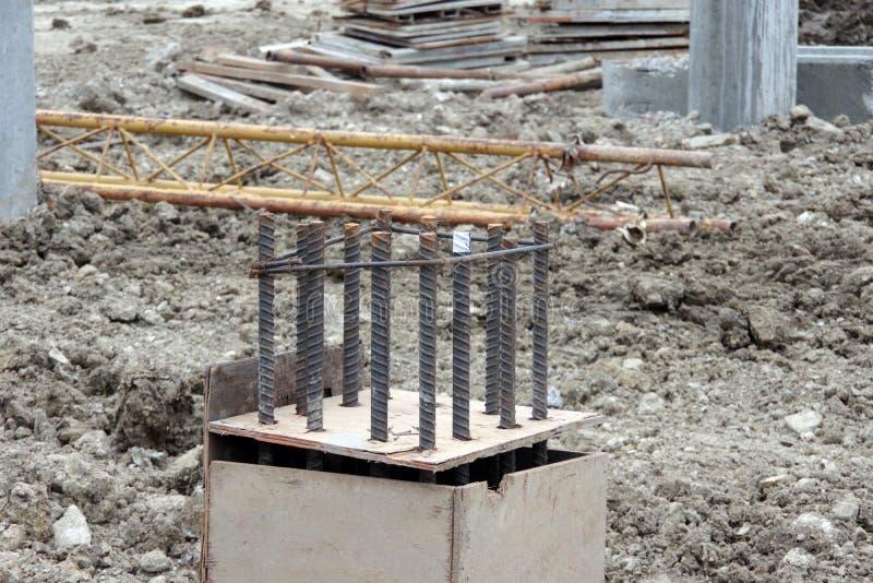 De staalstaaf voor bouw wordt gebruikt met versterkt beton op Bouwwerf die stock foto