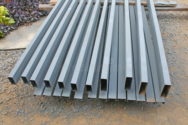 De staalstapel treft voorbereidingen voor maakt dakstructuur royalty-vrije stock fotografie