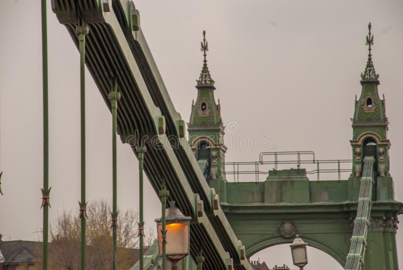 De staalstructuur van de Hammersmith-Brug in de het westenkant van Londen de eerste hangbrug die de Rivier Theems kruiste stock fotografie