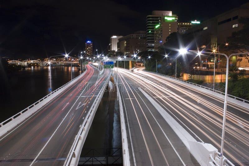 De staart van de snelweg steekt Brisbane landschap aan stock foto