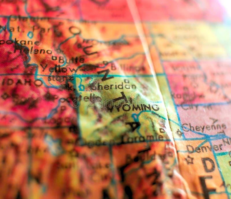 De staat van Wyoming, de V.S. concentreert geschotene macro op bolkaart voor reisbloggen, sociale media, Webbanners en achtergron stock foto's