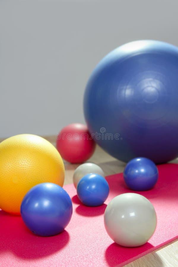 De stabiliteit van ballen en stemmende pilates sport stock foto
