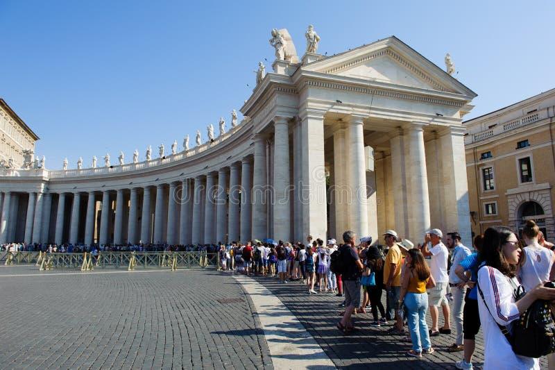 "DE STAD € ""4 JULI 2015 VAN ROME, ITALIË, VATIKAAN Pelgrims en touris royalty-vrije stock foto's"
