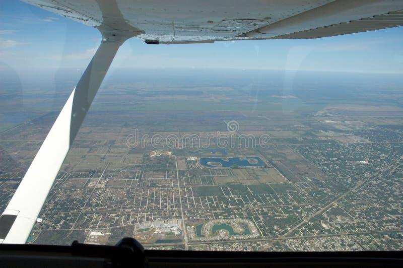 De stad bekeek van vliegtuigen stock fotografie