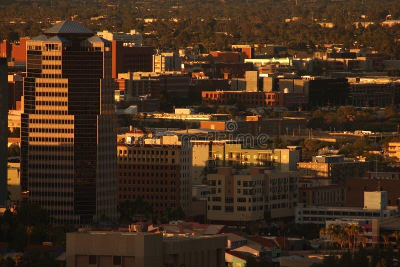 De stad in bij schemer stock foto