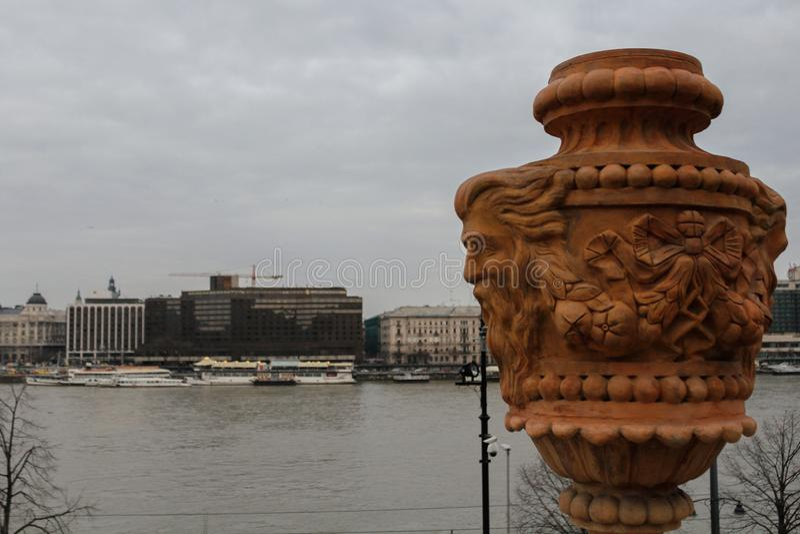 De stad en de rivier van Boedapest in de winter stock foto