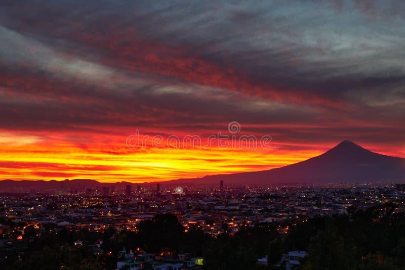 De stad en vulkaan Popocatepetl van Puebla royalty-vrije stock foto