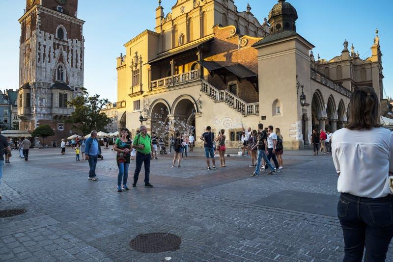 De Stad Hall Tower en doekzaal in het Marktvierkant in de stad van Krakau in Polen royalty-vrije stock afbeelding
