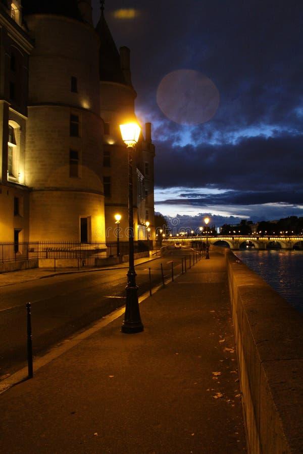 De stad is het nachtleven ingegaan, maar de hemel is langzaam langzaam verdwenen stock fotografie
