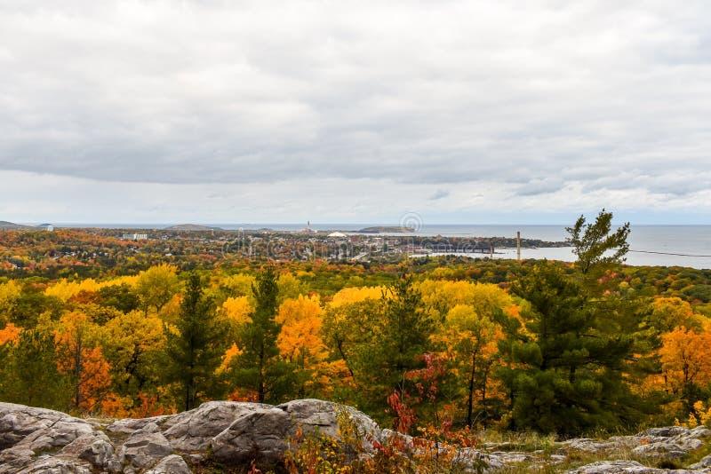 De stad Marquette, Michigan, gezien van Mount Marquette in Peak Autumn Colors royalty-vrije stock afbeeldingen