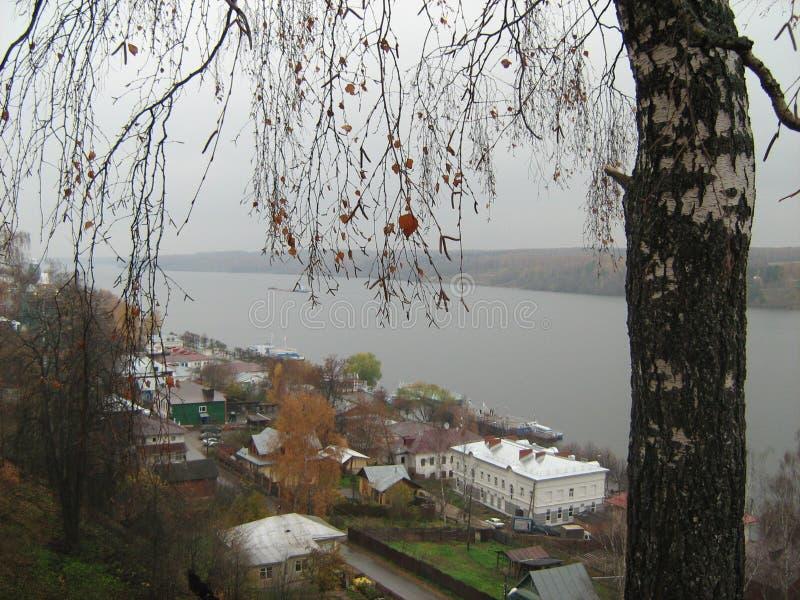 De stad op de rivier Volga in Rusland stock foto's