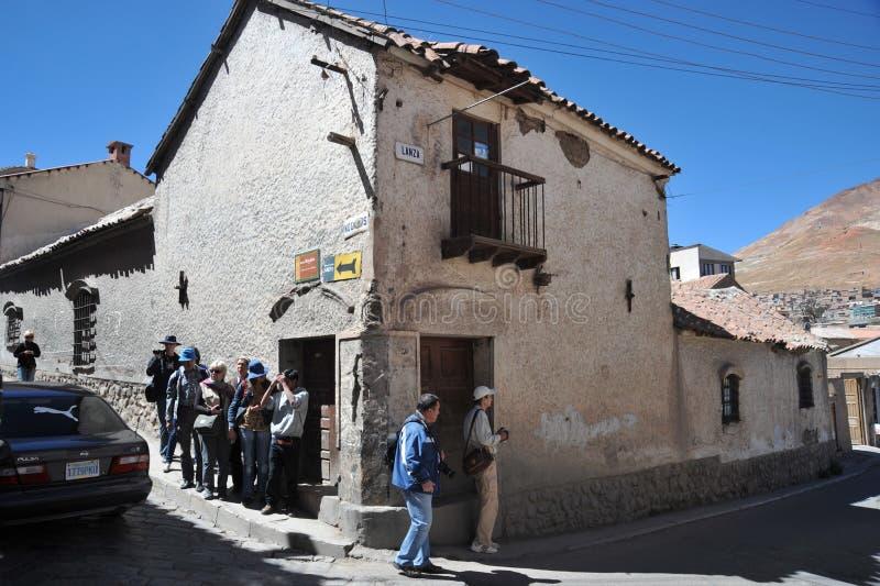 De stad Potosi Lokale inwoners op de stadsstraten stock fotografie