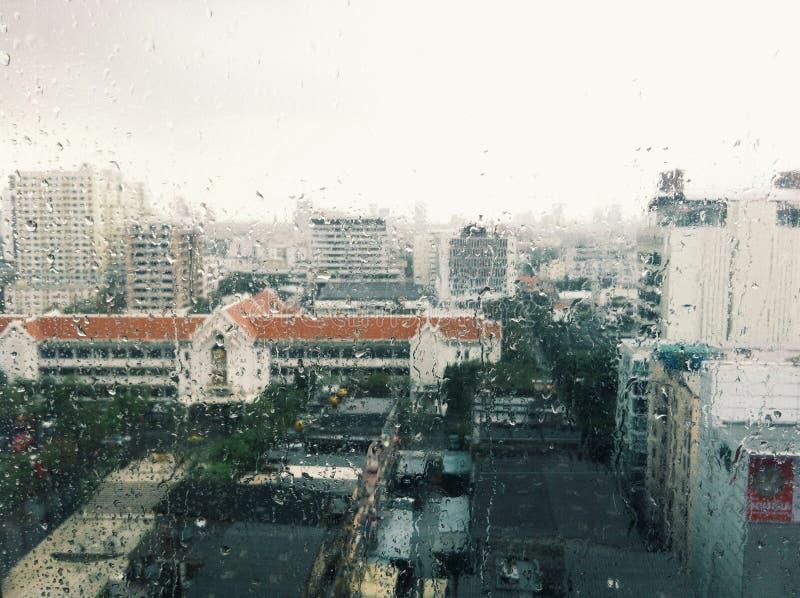 De stad in regen stock fotografie