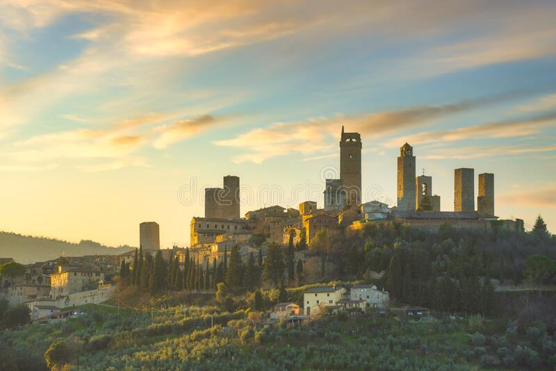 De stad San Gimignano-skyline en middeleeuwse torens op zonsondergang Toscane, Italië royalty-vrije stock foto