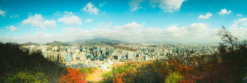 De stad Seoul in Korea ziet er in het najaar uit vanuit de Seoul-toren royalty-vrije stock foto's