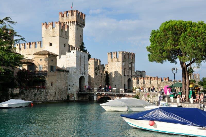 De Stad Sirmione van de ingang ot in Italië stock fotografie