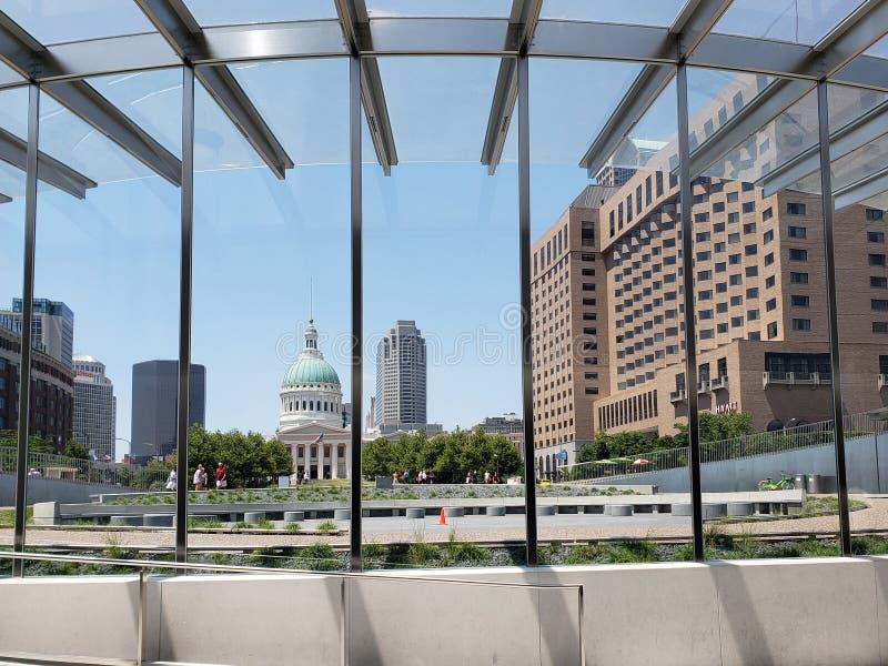 De stad St.Louis heeft van het museum van de Gatewayboog gezien stock afbeelding