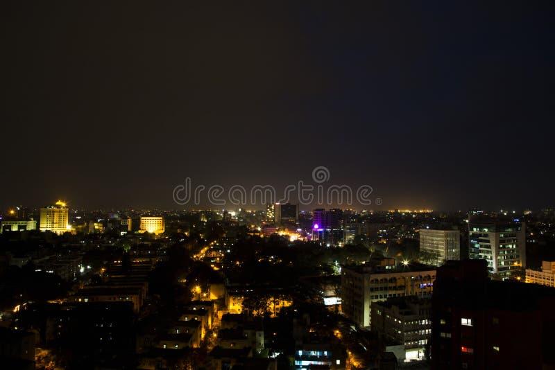 De stad stak omhoog bij nacht aan stock afbeeldingen