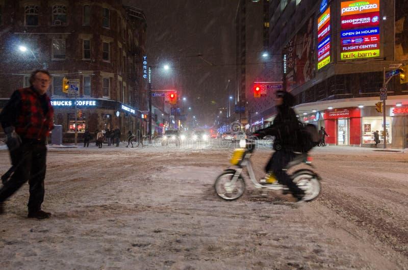 De stad in tijdens een sneeuwval in Toronto royalty-vrije stock afbeelding