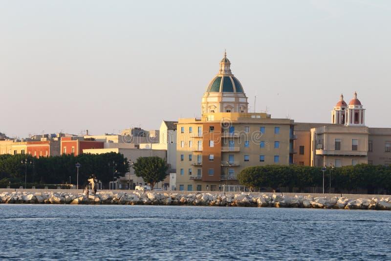 De stad Trapani tussen de twee zeeën Sicilië stock afbeeldingen