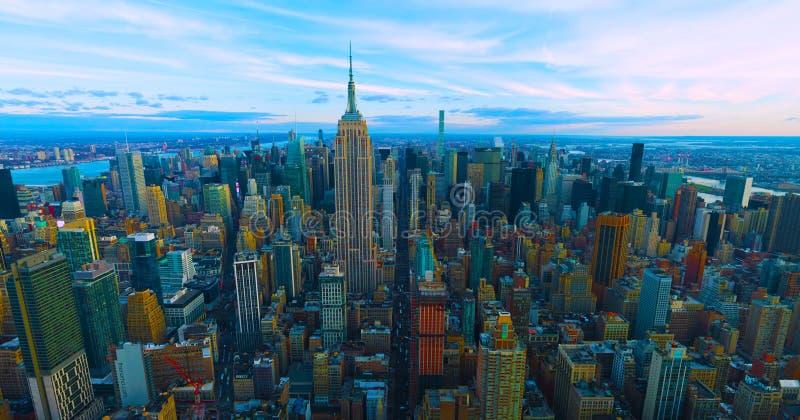 De Stad de V.S. van New York - horizon met stedelijke wolkenkrabbers bij zonsondergang 2019 royalty-vrije stock afbeelding