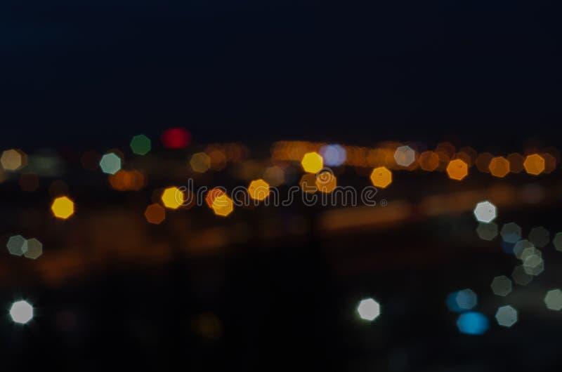 De stad in vage zaken van de nacht de lichte stad bokeh, royalty-vrije stock afbeeldingen