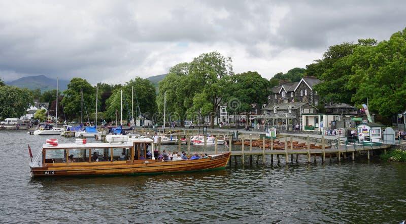 De stad van Ambleside op Meer Windermere stock foto