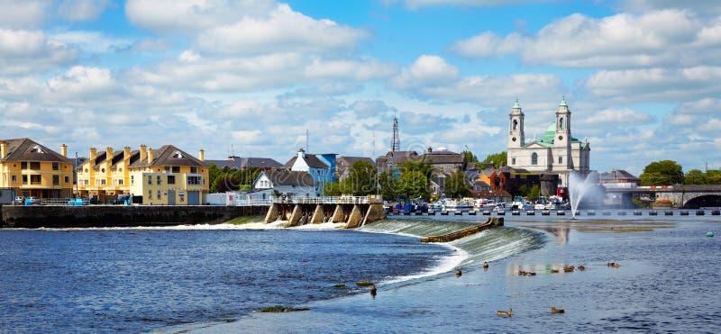 De stad van Athlone en rivier Shannon royalty-vrije stock fotografie