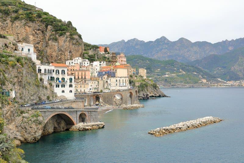 De stad van Atrani met zijn kustlijn, Amalfi Kust, Italië stock afbeelding