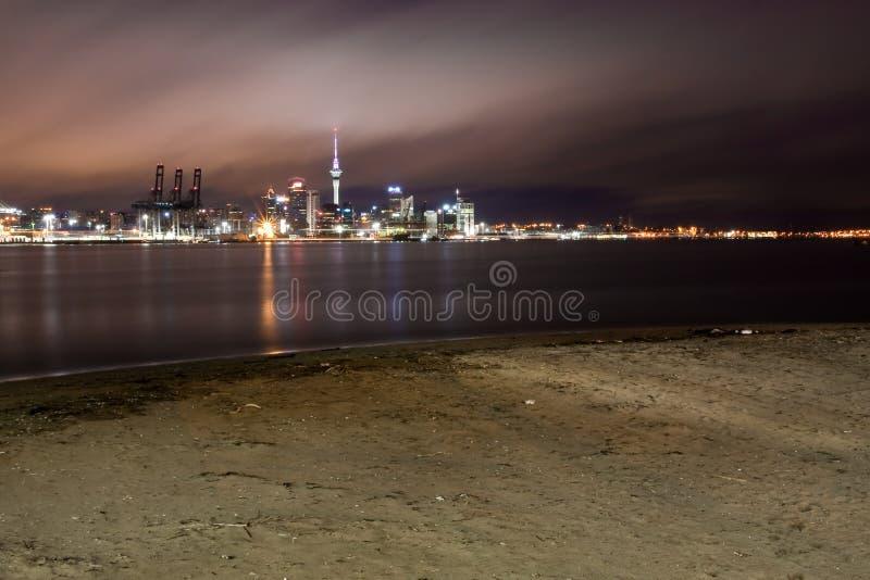 De stad van Auckland bij eerste licht. stock afbeeldingen