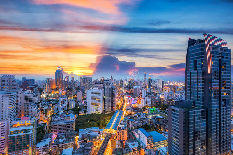 De stad van Bangkok bij zonsondergang royalty-vrije stock afbeelding