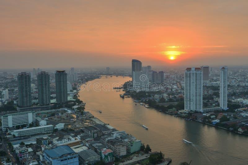 De stad van Bangkok bij zonsondergang De Stad van Bangkok bij zonsondergangtijd, Hotel en ingezeten gebied in de hoofdstad van Th stock fotografie