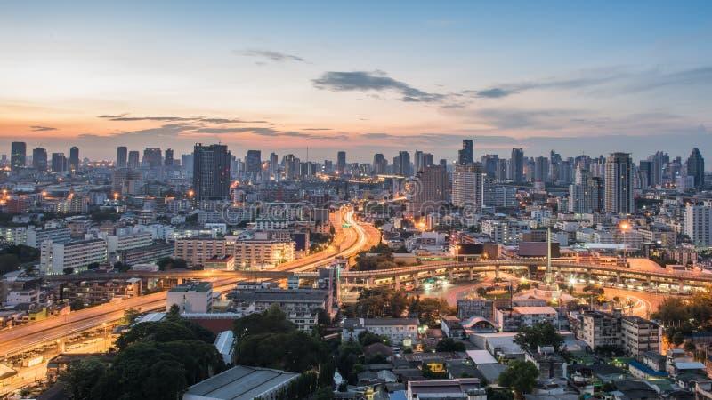 De Stad van Bangkok bij zonsopgangtijd, Hotel en ingezeten gebied in de hoofdstad van Thailand Hoogste mening: de moderne bouw in royalty-vrije stock afbeelding